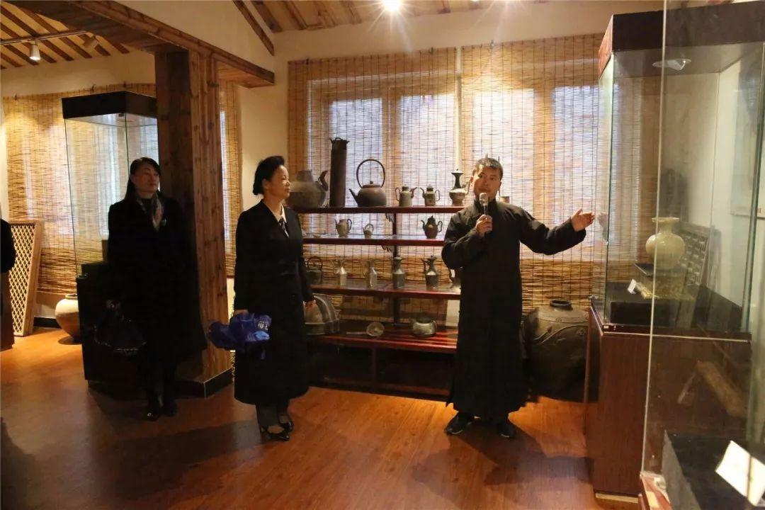 每进一家大师工作室, 考察组成员纷纷驻足欣赏工艺展品, 据介绍,瓯窑图片
