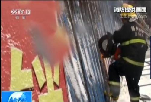 江苏仪征暴雪压垮门面广告牌 消防救出13人
