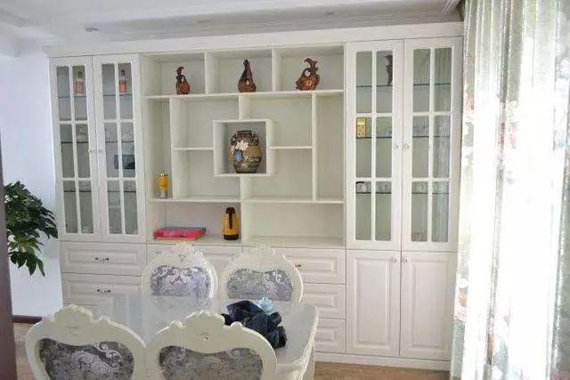 一整面墙的酒柜,顿时就增大了房间的储藏空间,再也不用担心东西没有