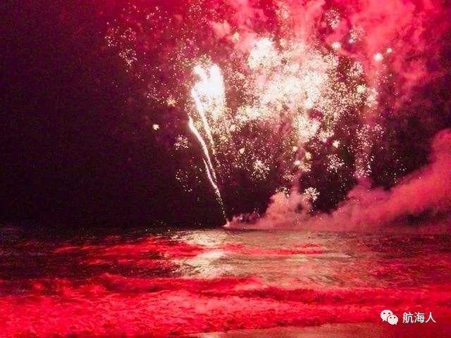 【看点】太火爆!迎新焰火表演致船只爆炸 数千人撤离
