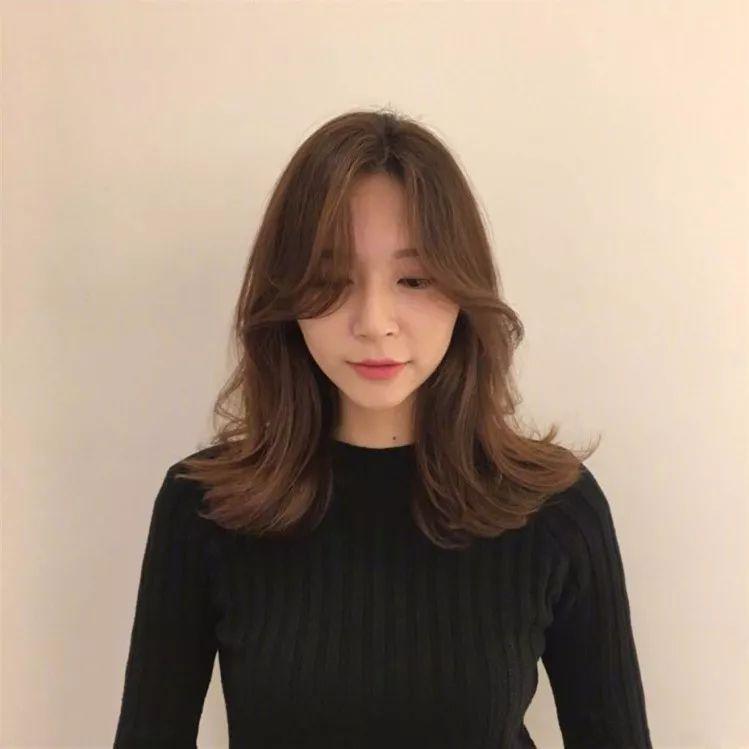 长发女生剪八字刘海的效果图如下图  .