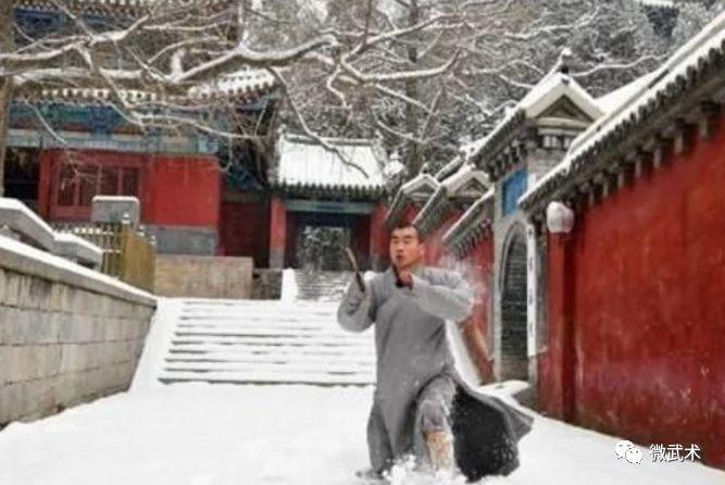 武僧在少林寺表演少林传统拳法图片