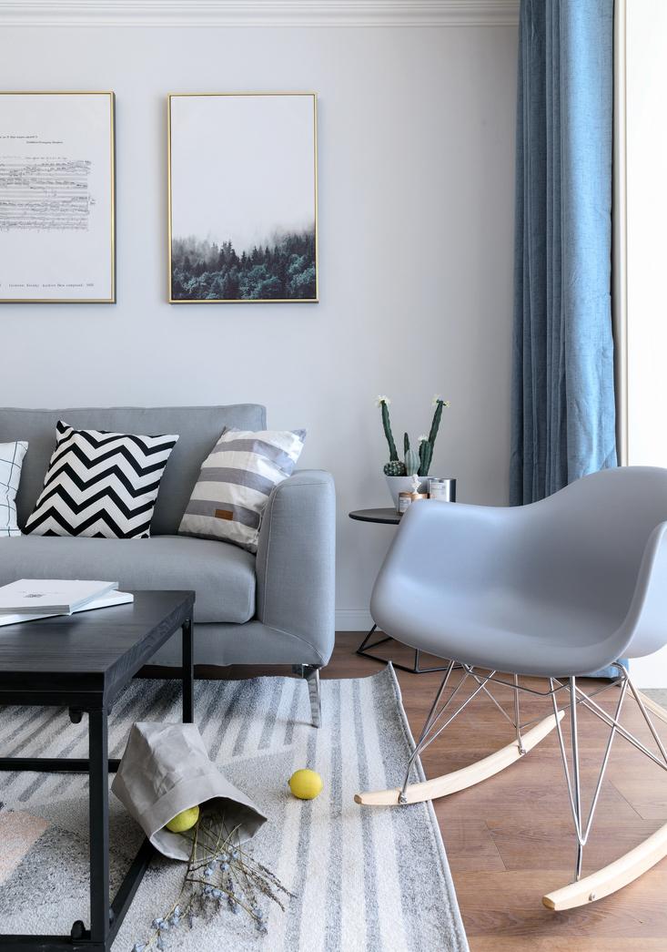 原木色的地板自然舒适,茶几简单的线条更具时尚感,黑白灰绝对是永恒的