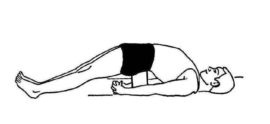 消除后弯的不适感.在出体式前往左右侧各扭转脊柱一次.图片