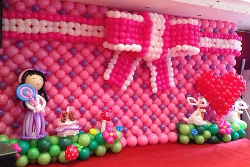 创造出各种各样的造型,比如天鹅,新郎新娘造型;还可以用气球做拍照区