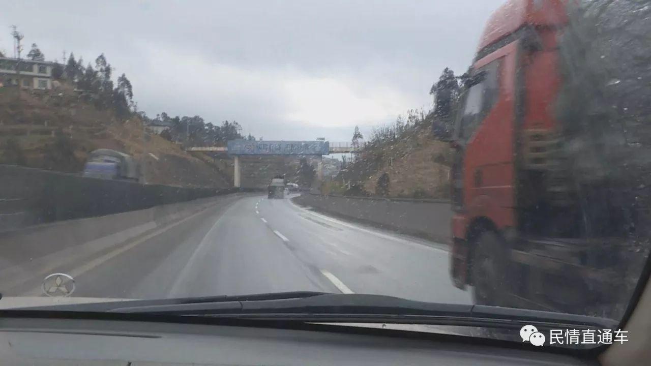 楚大高速交巡警大队和公路养护部门一道联手行动,对楚大高速公路楚雄