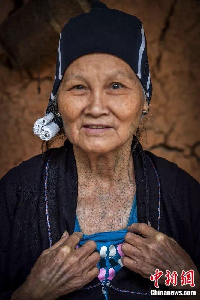 黎族最后一代绣面文身女人图片