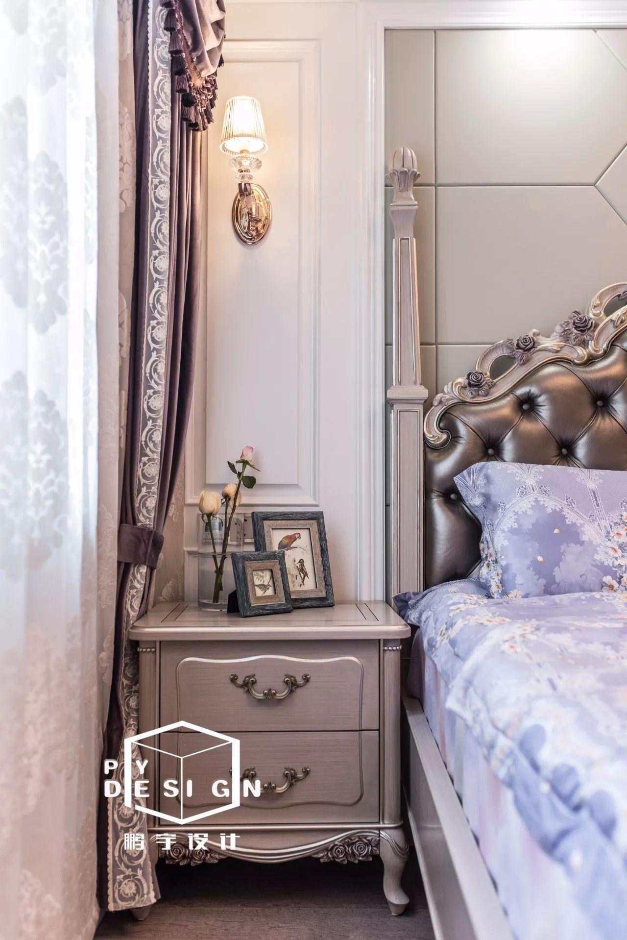 温馨感,皮制床头较有质感,深色地板与浅色家具的碰撞,更显空间色彩
