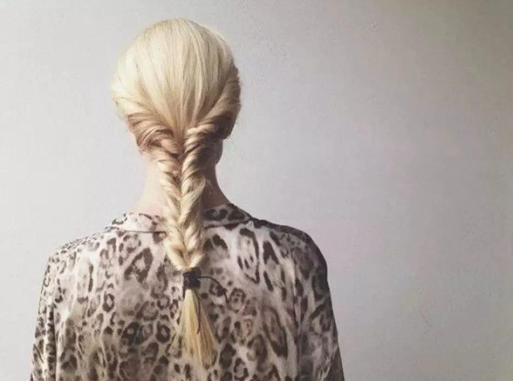 Step 1&Step 2:从头发两边抽出两小撮头发,一直旋转,旋转成如图的效果,然后将两撮头发扎在一起; Step 3&Step 4:将两撮头发的马尾旋转进洞里。