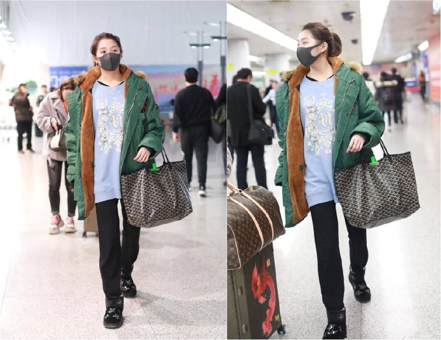 21岁关晓彤和32岁江疏影同拎大牌购物袋出行,一个土气一个时髦