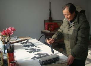 正文  图二:农民书法家刘俊奇(中)正在于长子刘学东(左),次子刘学正图片