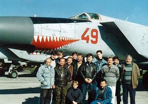 飞行员被欠3个月工资 果断驾驶300吨轰炸机逃往邻国 这国损失惨重