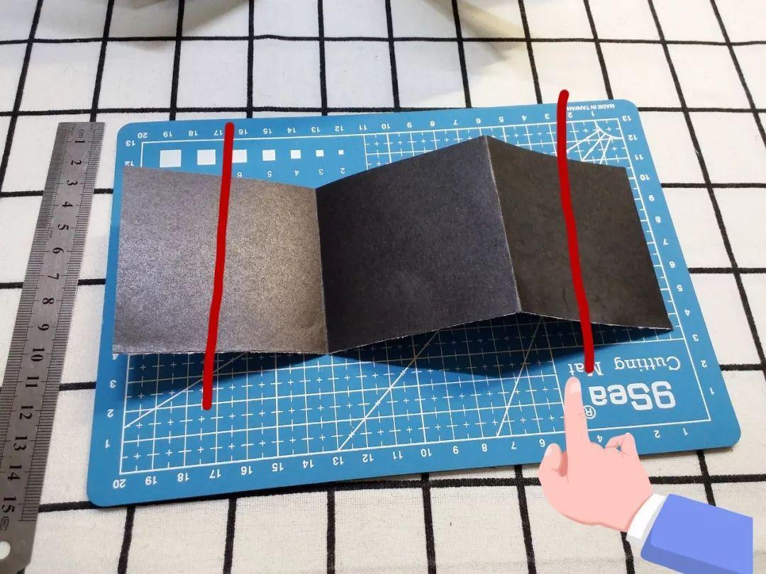 纸条剩下中间一个正方形 两边正方形各裁掉一半的样子 折成图中的