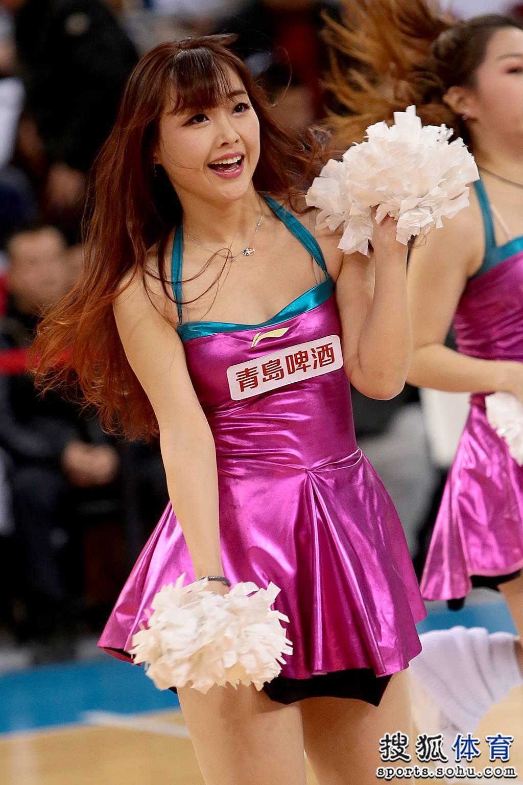 巅峰啦啦队助阵京城德比 现场激情热舞