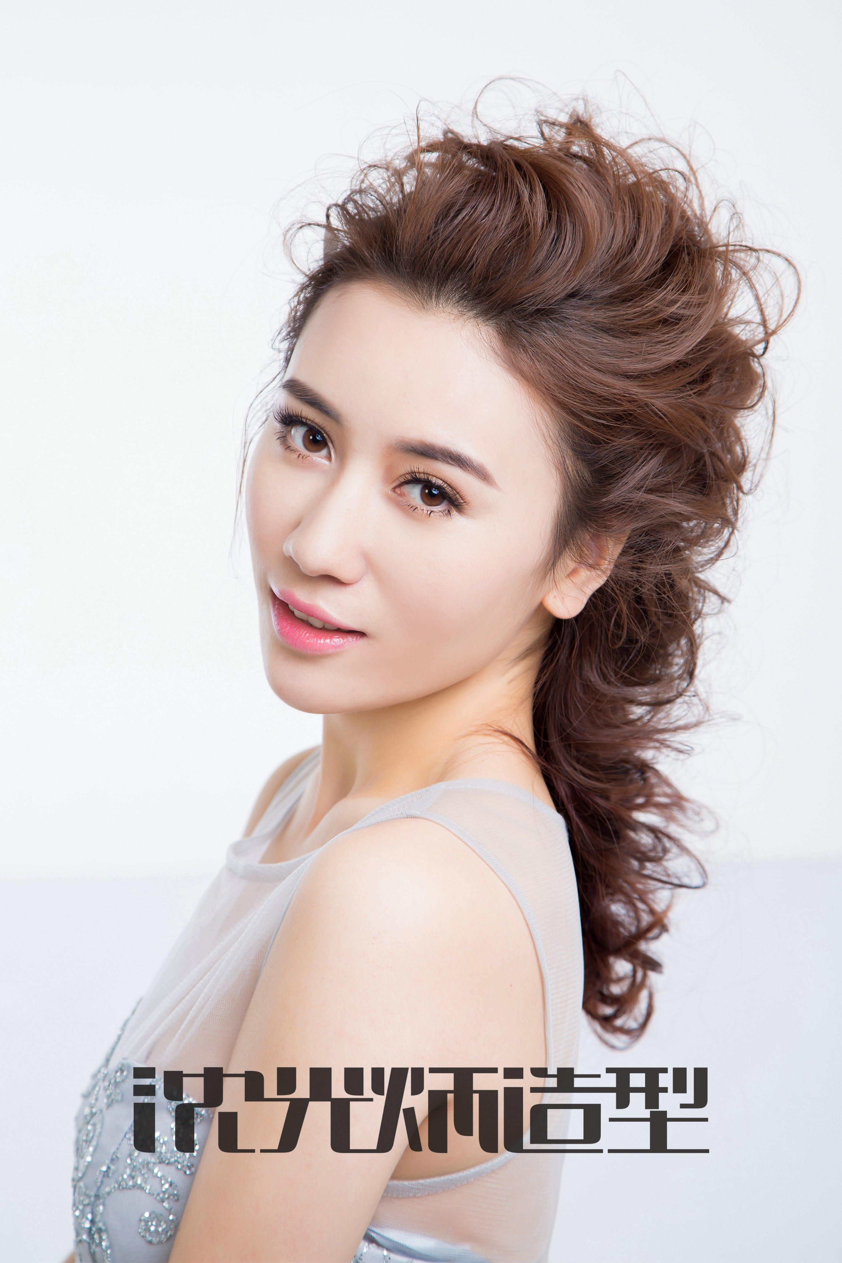 沈光炳造型2018年流行韩式优雅简约新娘扎发盘发图片
