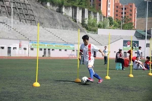 干货!中考体育足球绕杆技巧及训练方法