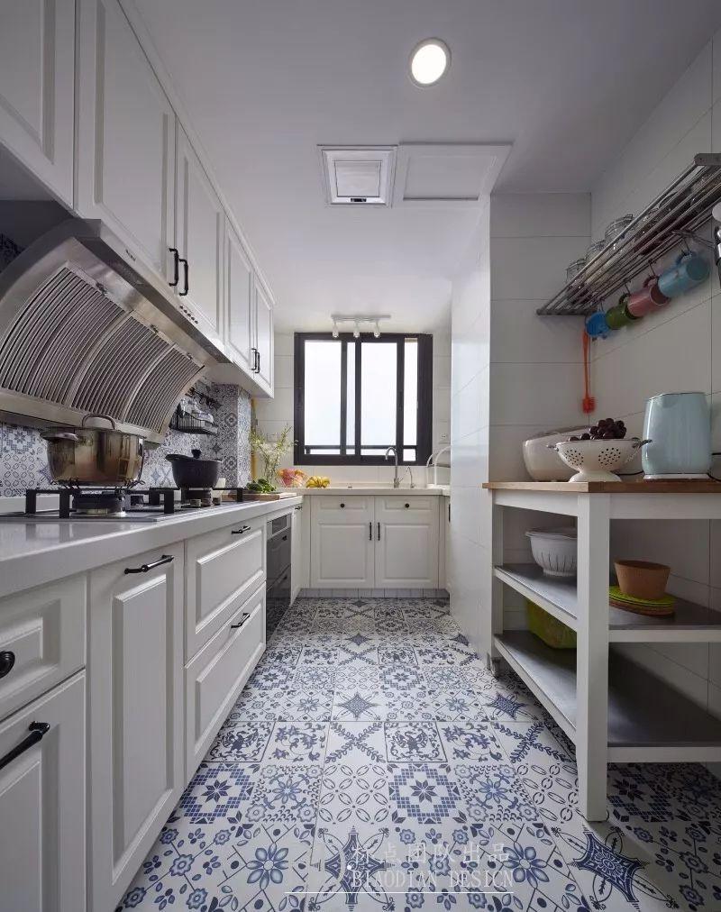 在于欧式的厨房中,以金属 陶瓷组合的欧式拉手就是欧美风厨房里比较