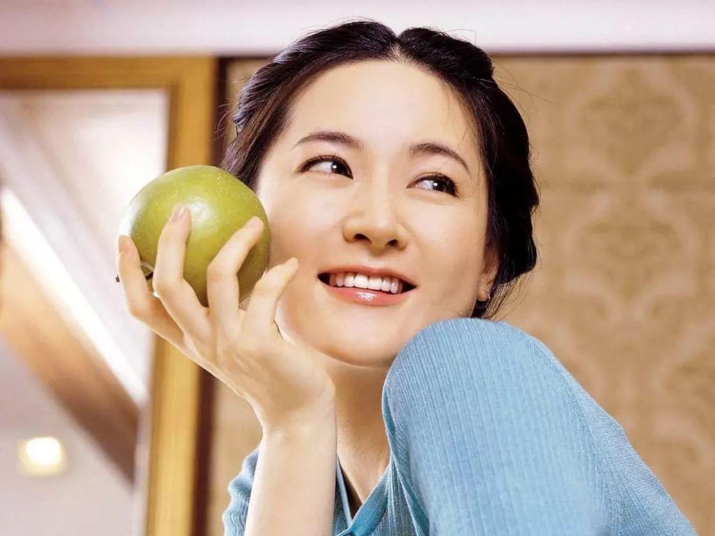 世界上有两种46岁的女人 一种是不显老的李英爱,另一种是你图片