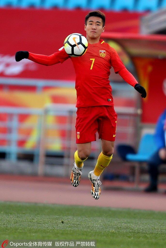 高清:U23国足0-1乌兹 韦世豪中横梁抱头懊恼