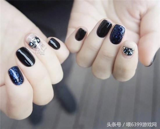 在黑色中添加蓝色亮片很低调,有很有格调,是非常精致的一款美甲.图片