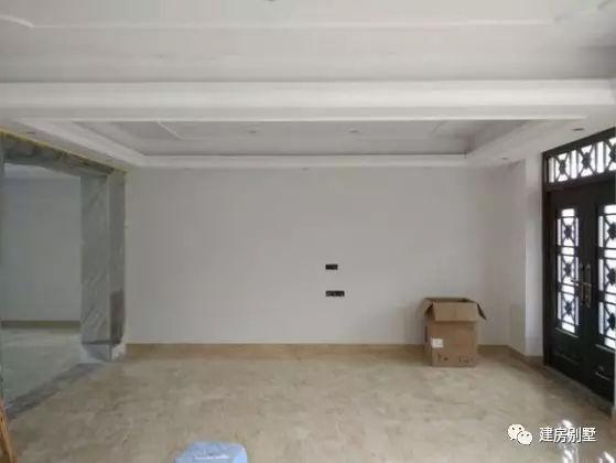 装修后的客厅:电视机背景墙用墙布,一套欧式风格的沙发摆上,瞬间就是
