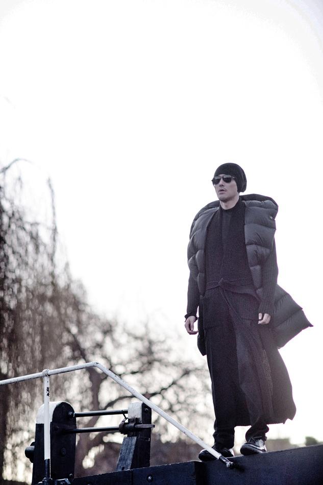 胡兵黑白风街拍曝光酷帅吸睛 个性混搭玩转冬日时尚
