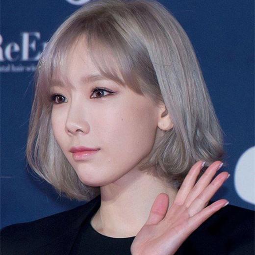 2018年的一大流行发色,冷色系列的发色给人一种高冷的气质,搭配上短发
