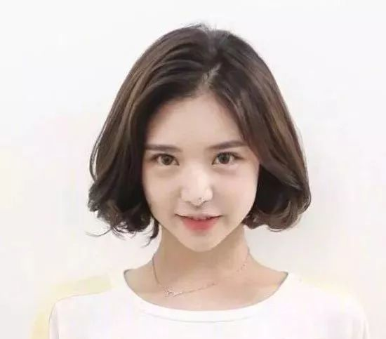 小女生短发发型图片 时尚好看减龄短发造型图片
