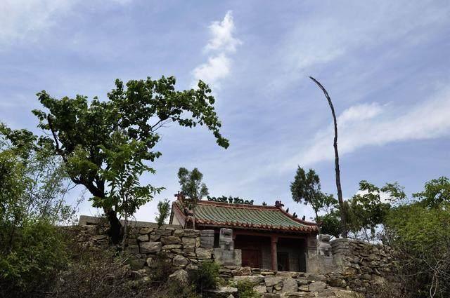 十,青龙寨,位于新密市郑冲村南青龙山顶,现存三个寨门,建于清同治