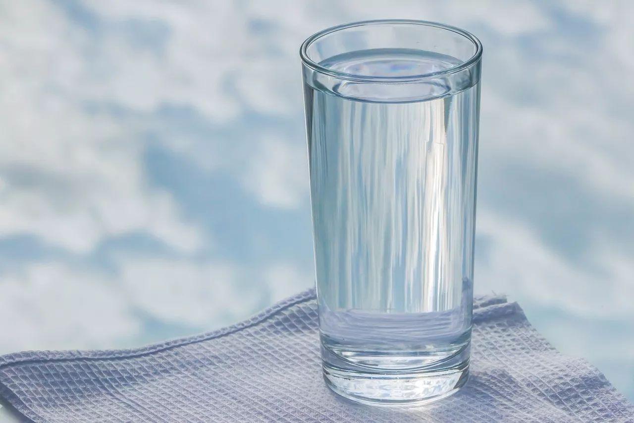 装满开水的杯子图片