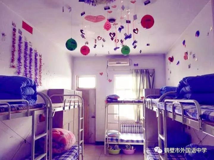 引导学生手工制作工艺品,种养绿色植被,自作书画等方式装饰寝室,提升