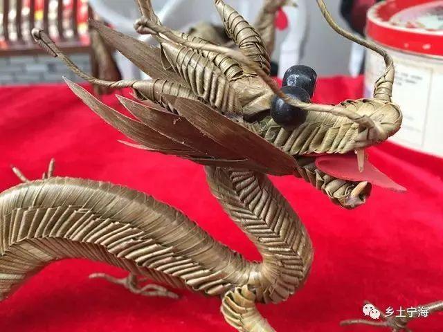 张师傅介绍,棕叶编织的制作工艺复杂,先采摘颜色鲜亮,无疤痕的棕榈