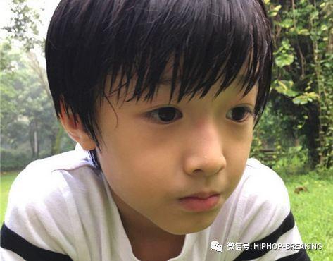 魏之皓日常的发型就是平儿的发型,刘海是扣下来的,配上平儿的浓眉大