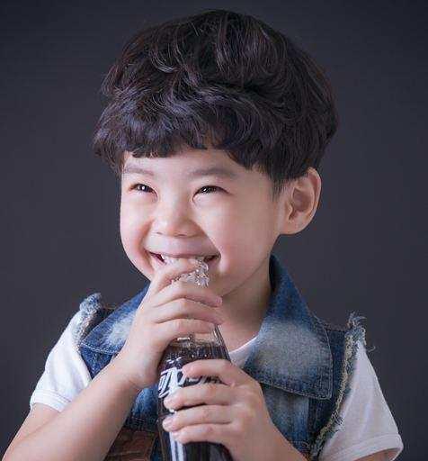 这一款是卷发的发型,很多小男孩的卷发发型真的是太萌了,又帅气又可爱图片