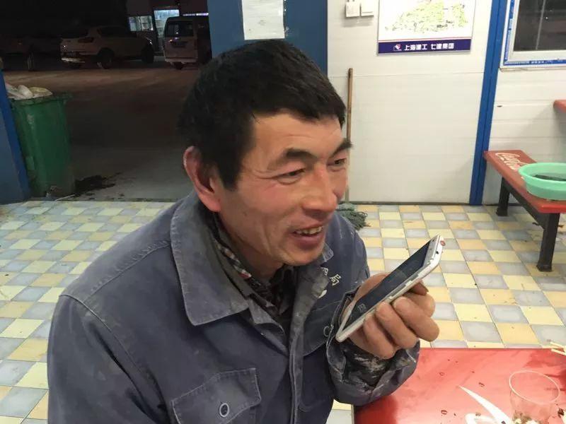 Ge menelepon keluarganya menggunakan Wi-Fi stasiun