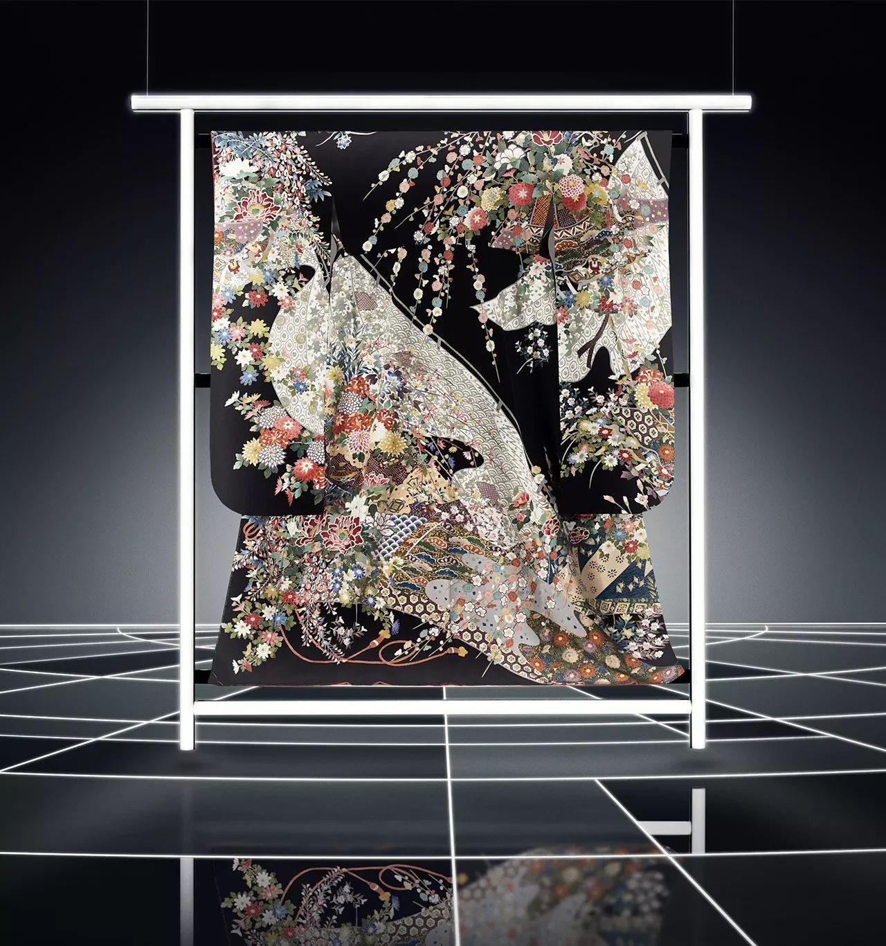 是写实的花纹,笔画细腻、颜色丰富.柿本市郎师承自已故的人间国宝