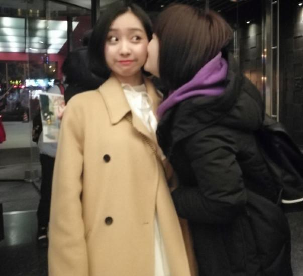 冯提莫被女粉丝强吻,网友:有点过分了,老板我也想要!