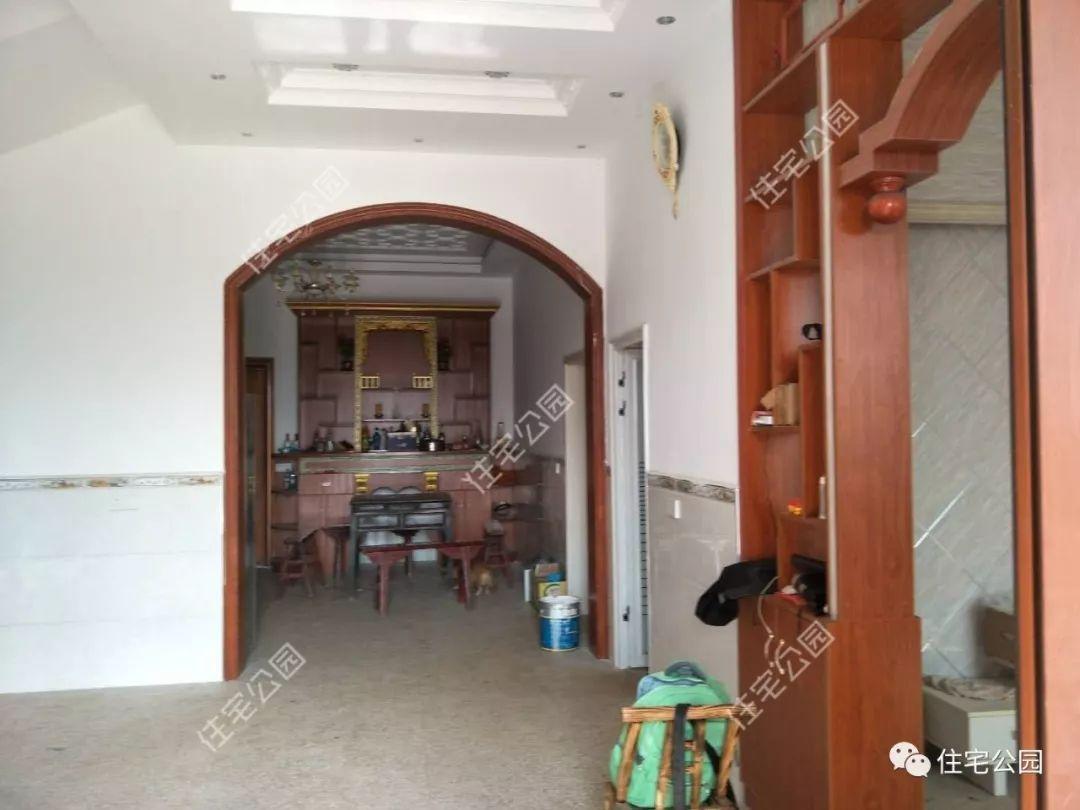 大厅与客厅之间博物架做隔断,同样是木工现打的.图片