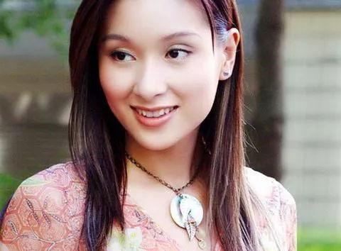 郭富城 郑伊健曾为她争风吃醋,却惨被 驱逐 ,如今成最美女神