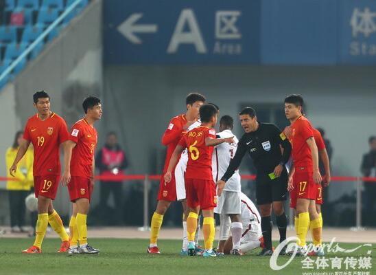 U23国足赛后拒同主裁握手 众将围堵裁判要说法
