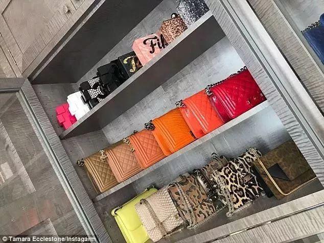 就放了20多只经典菱格纹包 价格从一万到五万元不等 有树莓,桃色,粉色图片