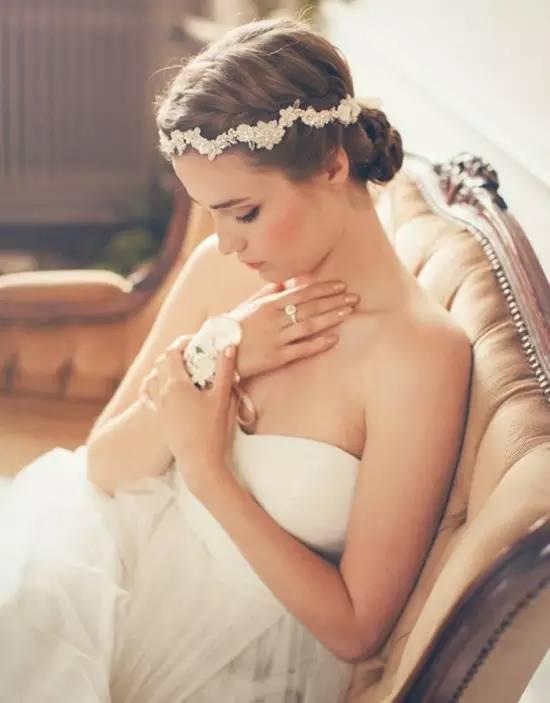 一个完整的新娘造型,离不开新颖别致的发饰!