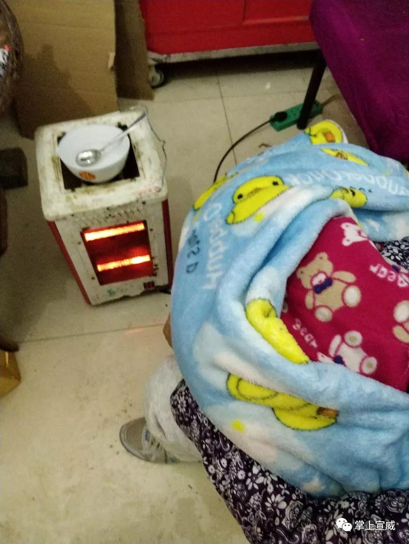 目前被遗弃的婴儿在医院保温箱中图片
