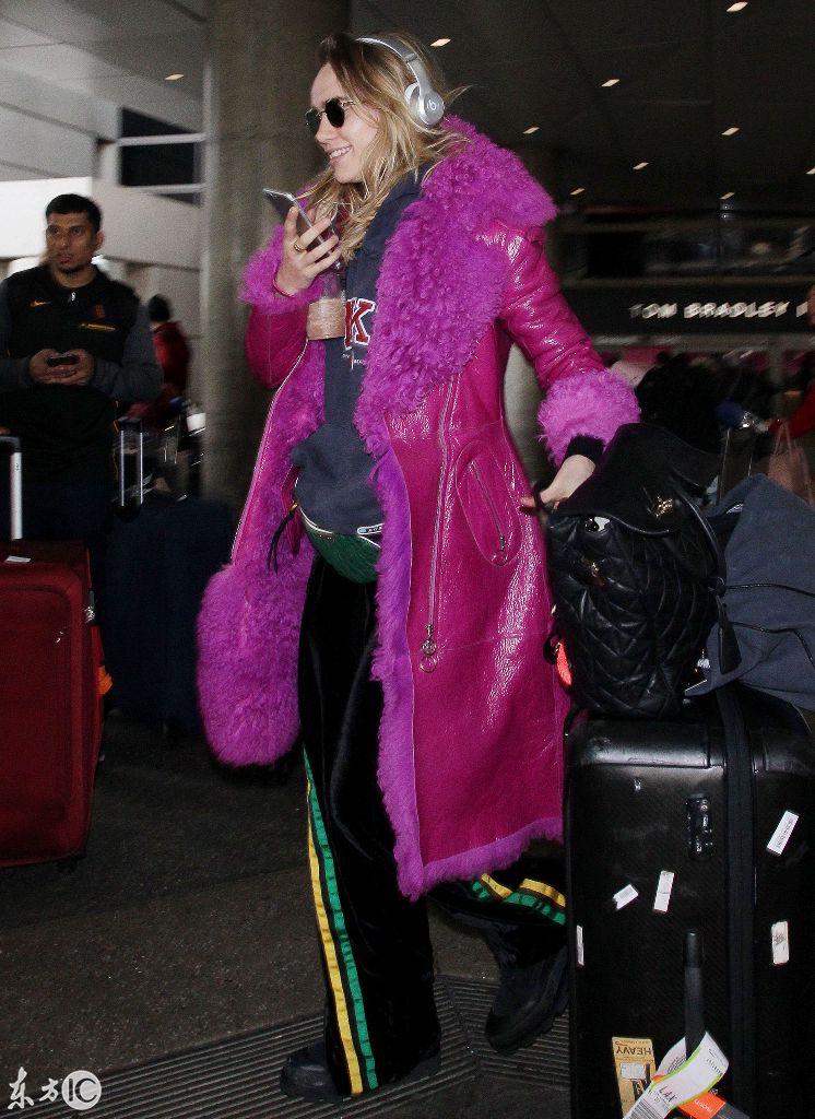 26岁英国女星现身机场,1.74米的模特身高让无数人垂涎