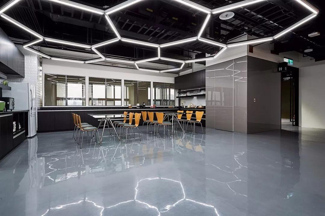 """六边形""""蜂巢""""元素的灯光设计, 为空间带来现代科技感; 茶水区的家具图片"""