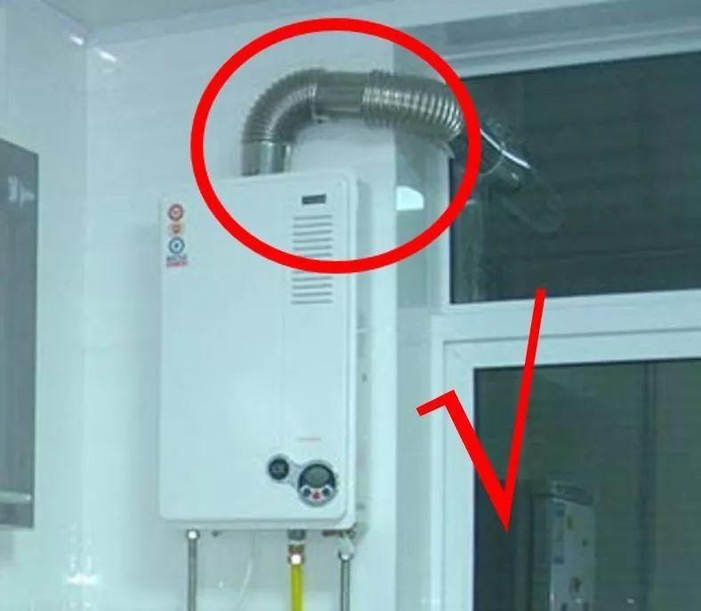 经排查,现场燃气热水器属 烟道式热水器,管道未伸出室外,属违规安装.图片