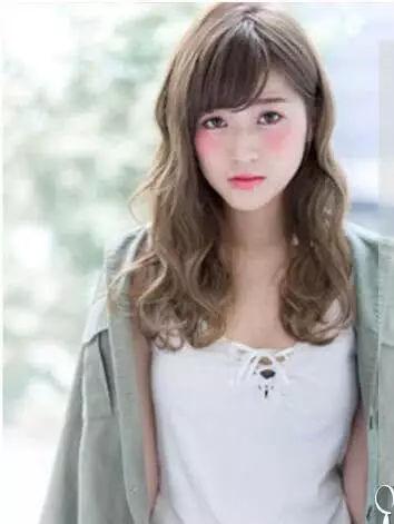 三七分的韩式斜刘海自然甜美,突出mm无辜大眼,及肩长发蓬松波浪微卷图片