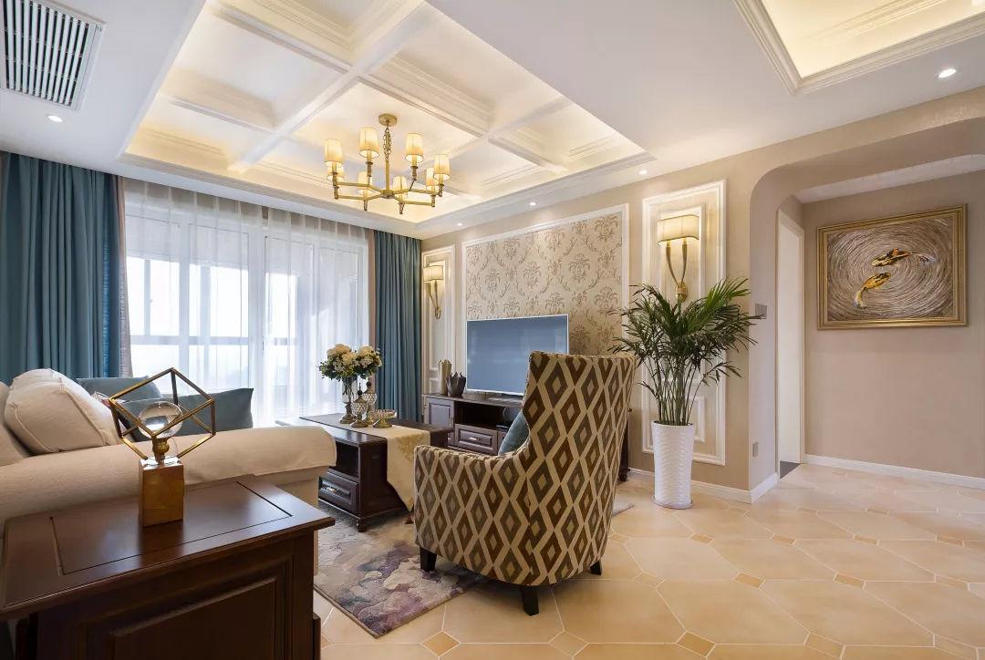 现代美式的布艺沙发,结合一款复古优雅的地毯,一个实木小茶几与电视柜