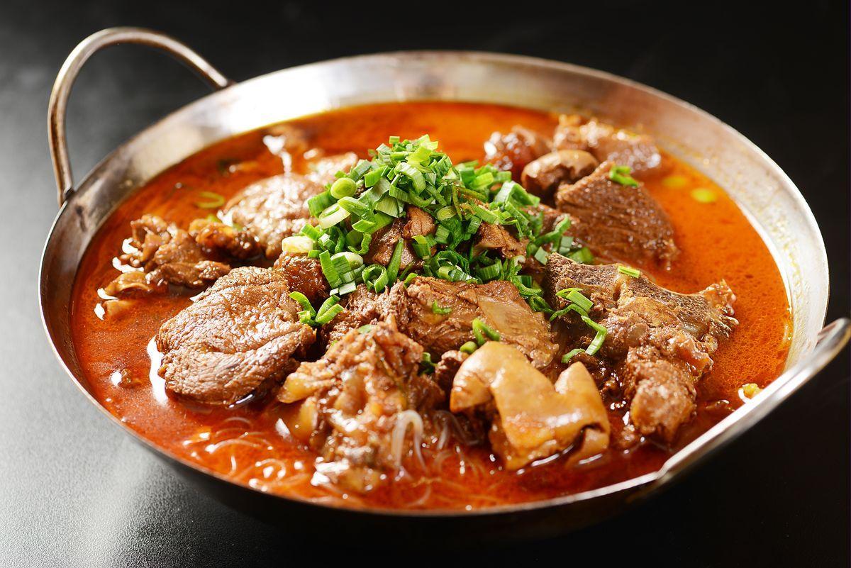 美食 正文  精心研制出了美味又不失本地特色的 带皮羊肉小火锅,牛肉