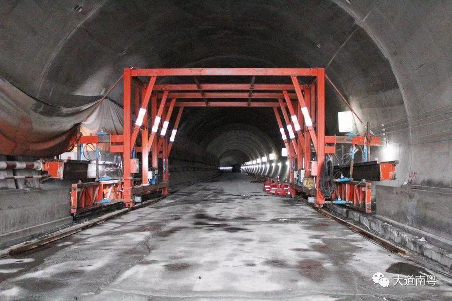 牛塘隧道水沟电缆沟槽全自动液压台车图片